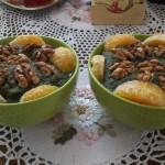 Фруктовый смузи с грецкими орехами и спирулиной в салатовых тарелках на 2 порции
