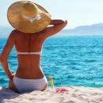 Пляжный сезон: девушка на морском берегу